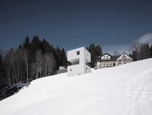 Betonowa kostka. Dom letniskowy w Austrii